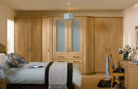 A classic design in winchester oak with extended mid section feature frosted glass half doors with drawers beneath and matching dressing table.